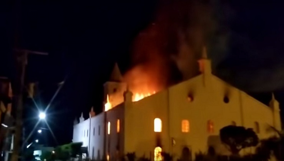 O incêndio atingiu a igreja matriz da cidade, por volta das 3h da madrugada, e consumiu metade da igreja, construída em 1927.