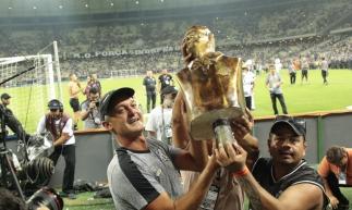 Treinador recebeu busto do clube após livrar o time do rebaixamento para a Série B. Peça foi entregue após o empate com o Vasco, na última rodada do Brasileirão.