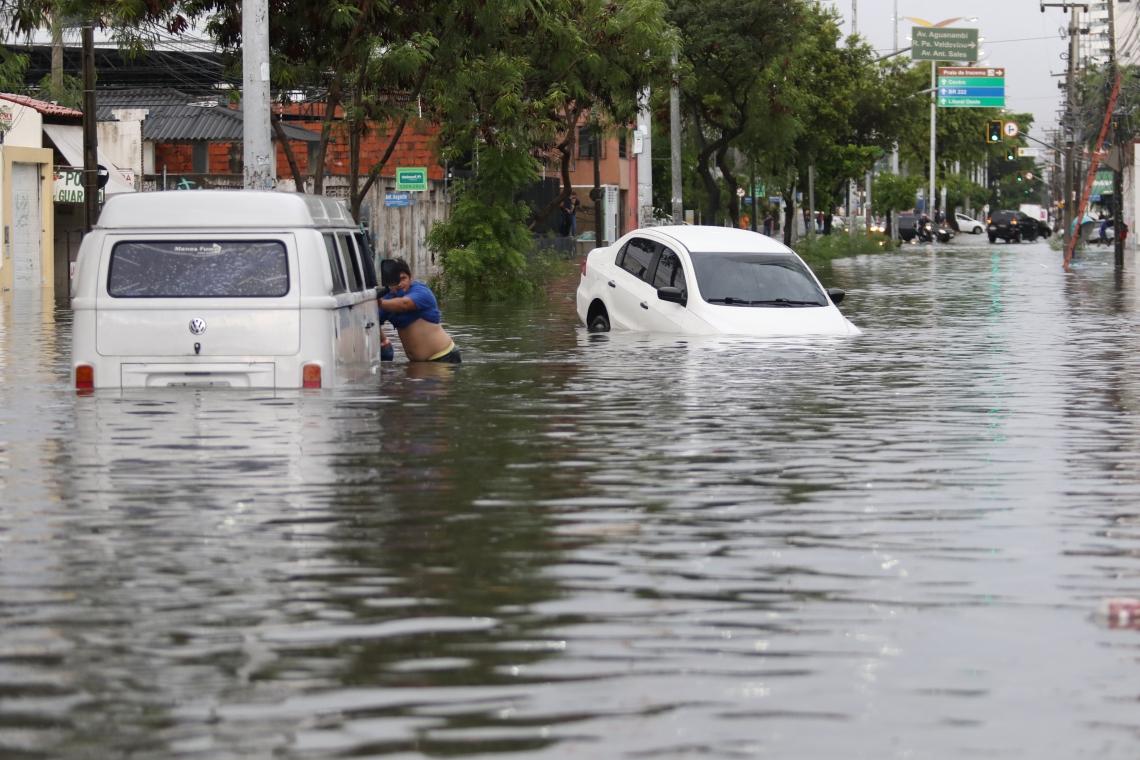 A avenida Heráclito Graças alagada pela água que, em dias de chuva, deveria ser conduzida pelo riacho Pajeú. Dos 4.714 metros de extensão, 3.360 correm pelo subterrâneo, causando as inundações