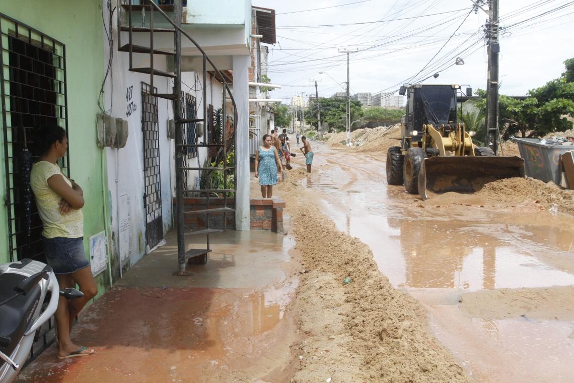 Rua do Vicente Pinzon fica coberta de areia após chuvas. NA FOTO-  Pá carregadeira tira areia da Rua Ismael Pordeus.
