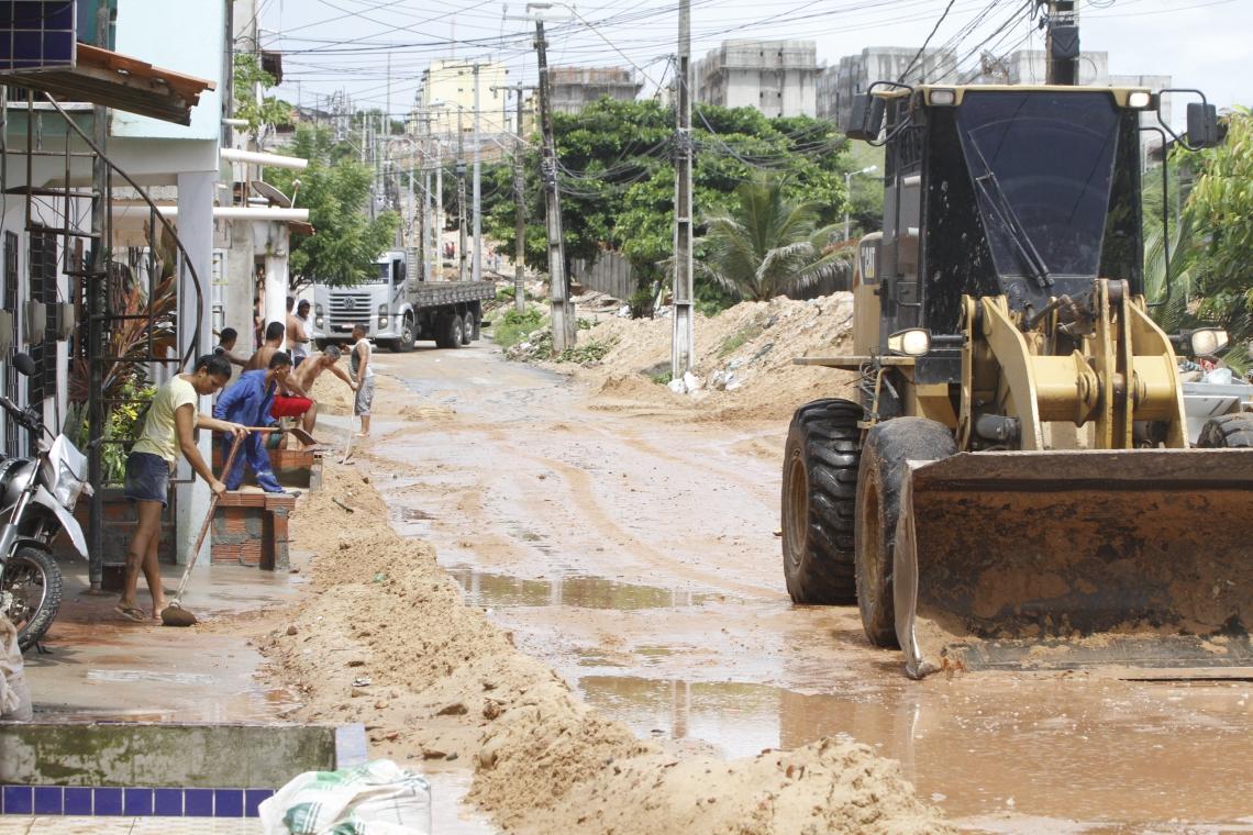 Rua do Vicente Pinzon fica coberta de areia após chuvas. NA FOTO-  Pá carregadeira tira areia da Rua Ismael Pordeus