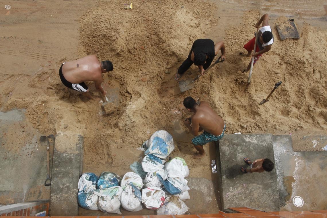 FORTALEZA, CE, BRASIL, 23-04-2019: Rua do Vicente Pinzon fica coberta de areia após chuvas. NA FOTO-  Moradores tiram areia da Rua Ismael Pordeus.