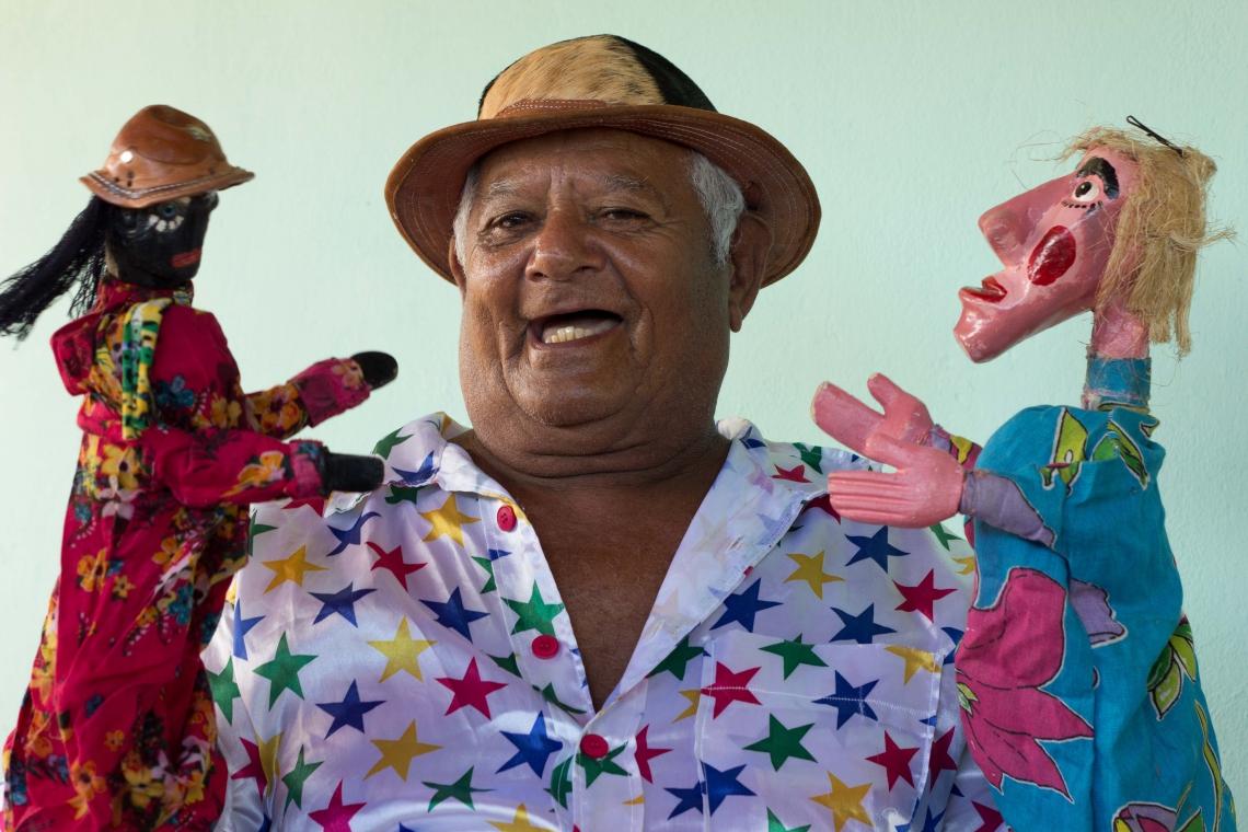 Com a mão direita, Gilberto empunha o boneco protagonista das brincadeiras Baltazar