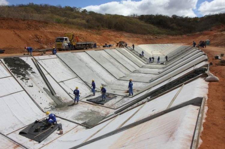 Trecho de construção dos canais do Cinturão das Águas.