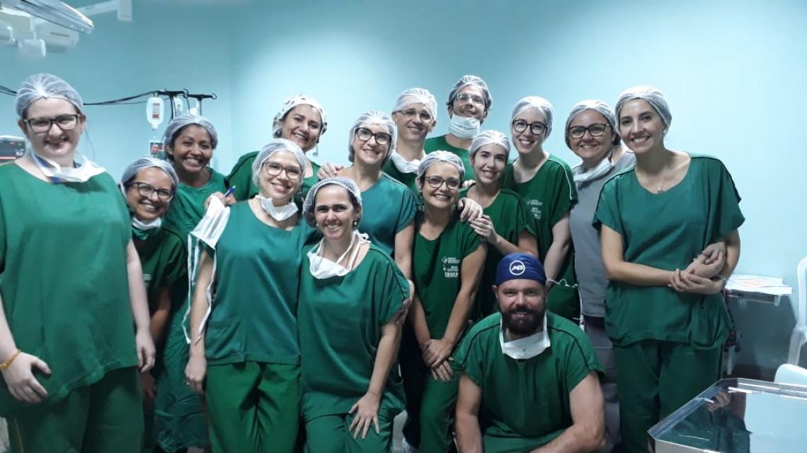 O procedimento foi realizado por uma equipe de profissionais das áreas de otorrinolaringologistas, fonoaudiólogos, psicólogos, assistentes sociais, enfermeiros e técnicos de enfermagem, neurologistas, pediatras, geneticistas e médicos radiologistas.