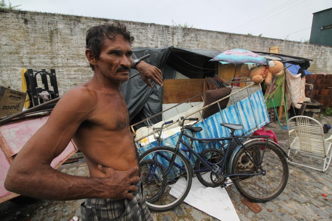 Deusimar Saraiva, 51 anos, está morando em um barraco improvisado com a esposa e os cinco filhos
