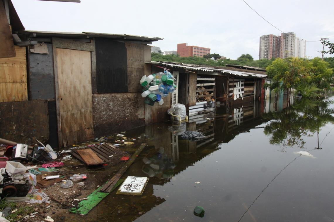 Casa de Marilene dos Santos está coberta de água e lixo, impossibilitando a entrada de sua família.