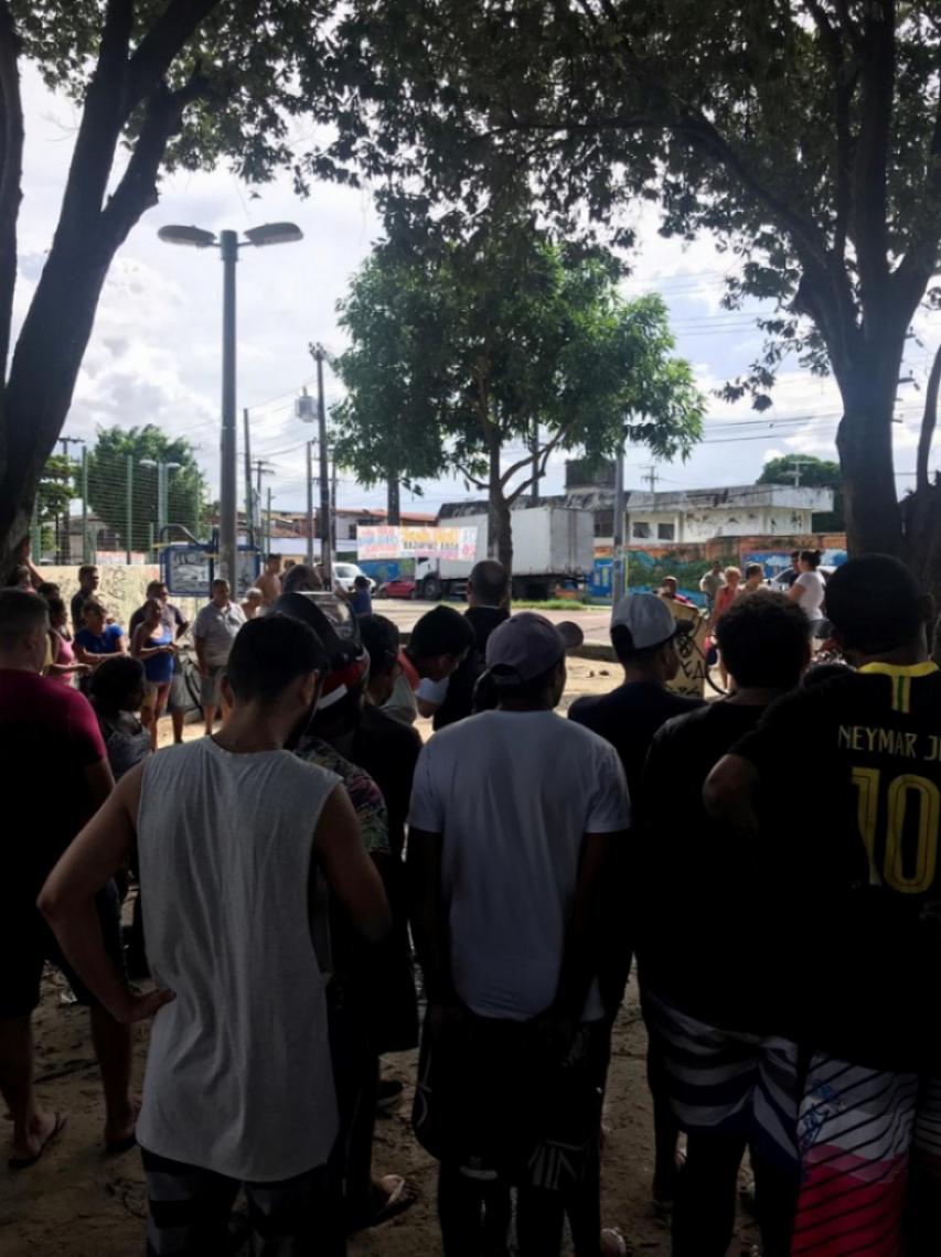 Populares no local relataram que foram disparados de 10 a 15 tiros contra o jovem