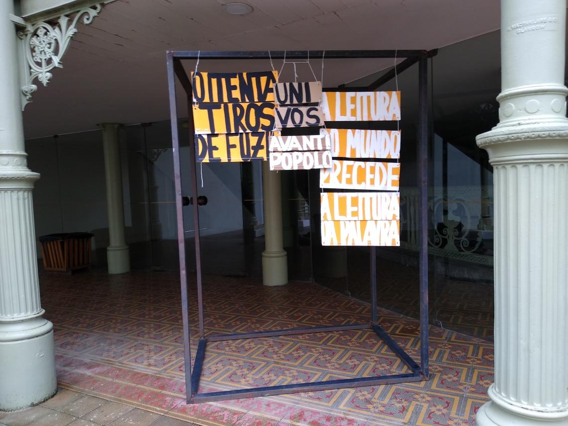 Artistas realizam protesto no Theatro José de Alencar