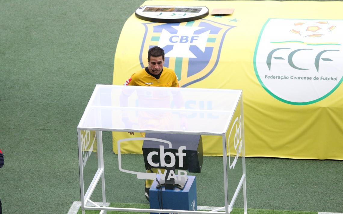 Árbitro Adriano Milczvski consultando o VAR durante a partida no Castelão