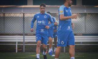 Mano Menezes deve definir o time que vai a campo contra o Ceará nesta terça-feira