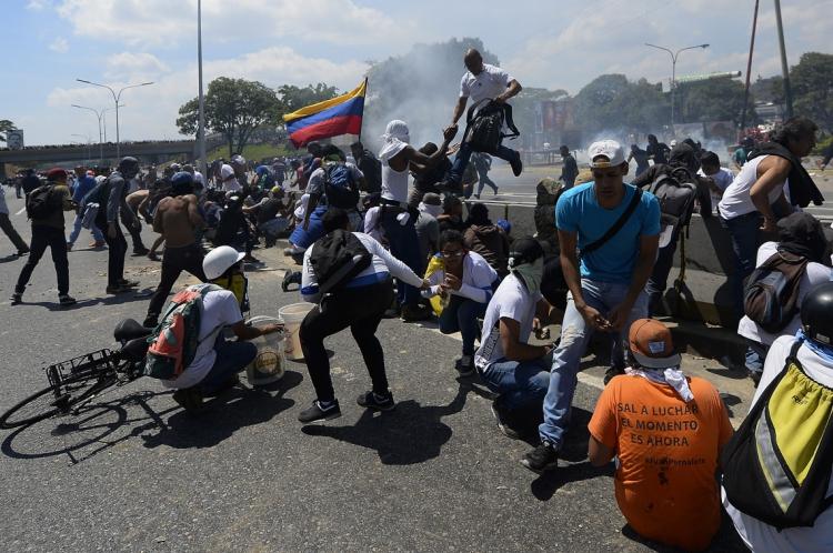 Apoiadores de Guaidó entram em confronto com militares leais a Maduro