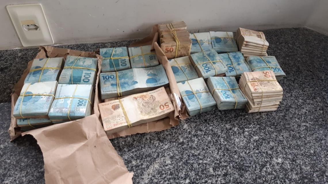 A quantia de 230 mil reais foi encontrada no carro da dupla, durante blitz da PRF.