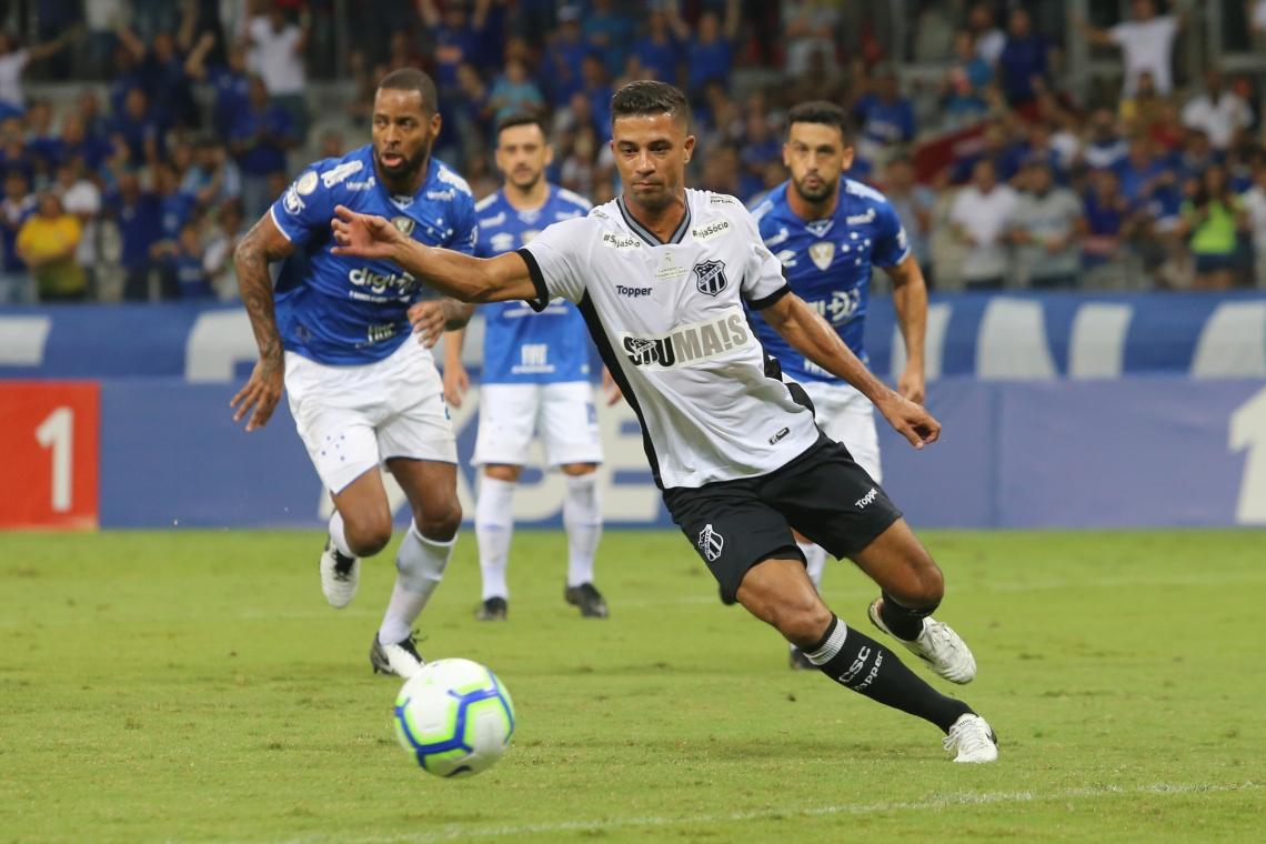Ceará teve chance de abrir o placar no 1° tempo, mas Ricardo Bueno (em destaque) desperdiçou cobrança de pênalti.