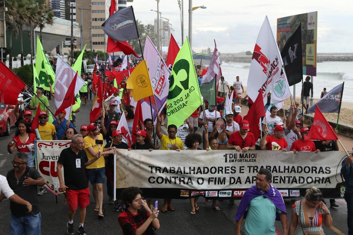 Os manifestantes enfrentaram forte chuva durante a caminhada.
