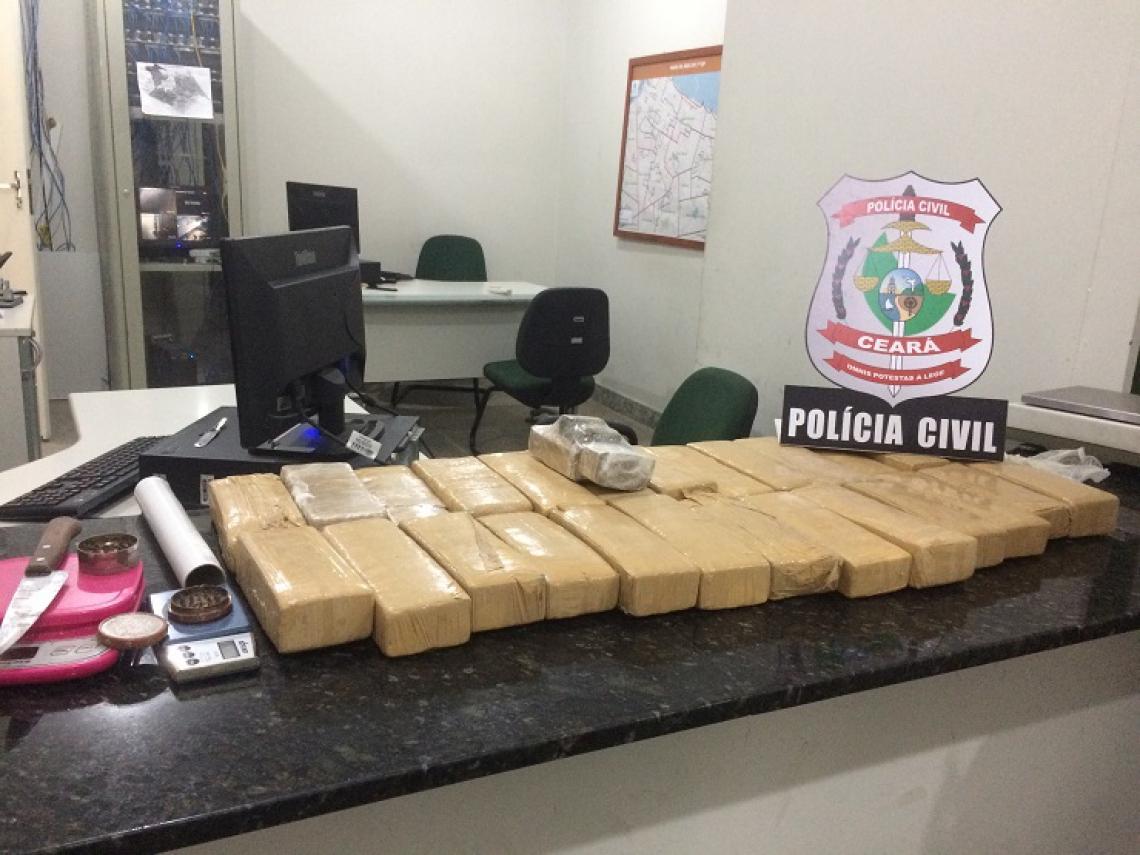 Mais de 17 quilos de maconha foram apreendidos na tarde desta terça-feira, 30, por agentes da Polícia Civil, no bairro Presidente Kennedy.