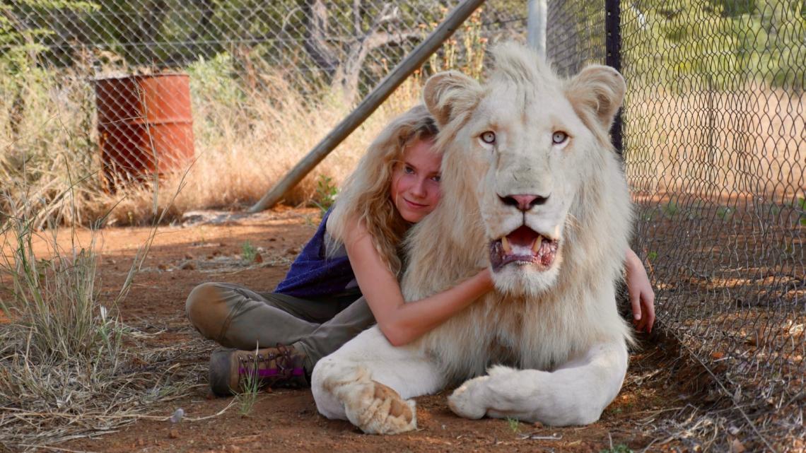 Mia (Daniah de Villiers) und ihr bester Freund der weiße Löwe Charlie.       Caption