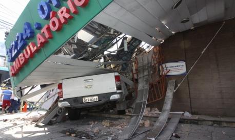 Um veículo de modelo Chevrolet S 10 colidiu com o prédio de uma farmácia nas esquinas das avenidas Virgílio Távora e Padre Antônio Tomás, em Fortaleza, por volta das 4 horas desta sexta-feira, 3.