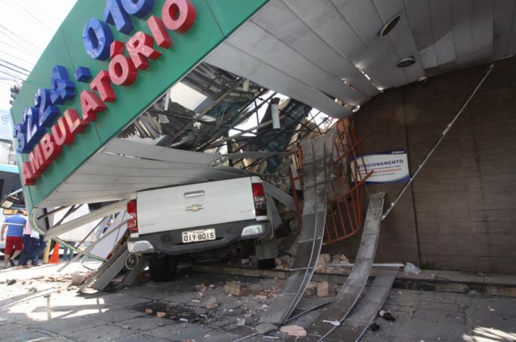 FORTALEZA, CE, BRASIL, 03-05-2019: Um carro Chefrolet S10 de placa OIY - 8015, bate na fachada da Fármacia Tele Juca, na avenida Padre Antonio Tomás com Virgílio Távora, na Aldeota.