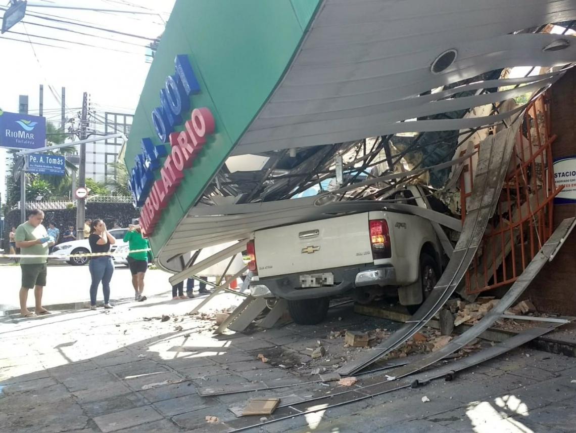 Veículo colidiu com outro local antes de bater em prédio de farmácia