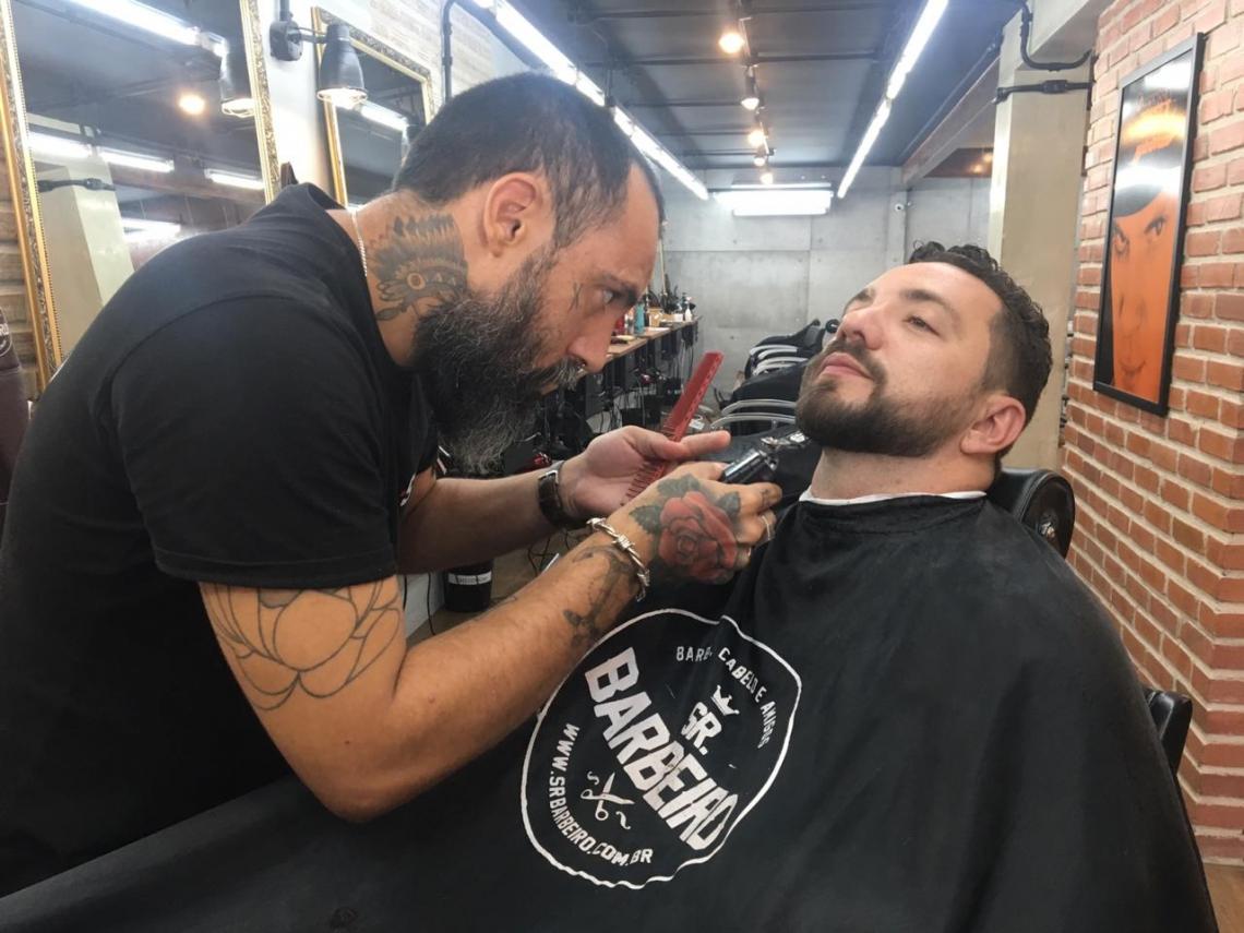 Zakaria Benzaama bate o ponto toda semana na barbearia para ajustar os fios da barba