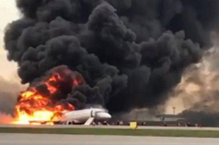 O avião havia decolado de Sheremetyevo para Murmansk, na região do Círculo Polar Ártico, e foi forçado a fazer um pouso de emergência pouco depois.