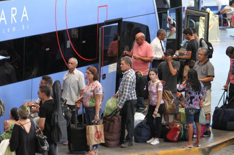 Movimento de passageiros no terminal aumento durante Natal e Réveillon.