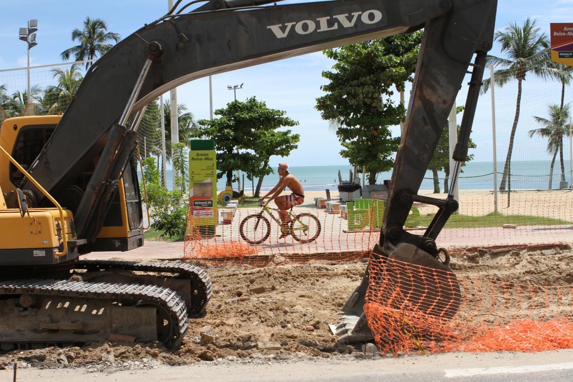AV. BEIRA MAR, na manhã de ontem: esgotos expostos e escavadeiras paradas
