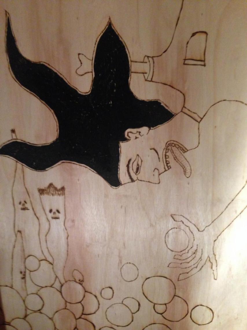 A exposição de seis painéis inéditos une pirografia e pintura nos desenhos