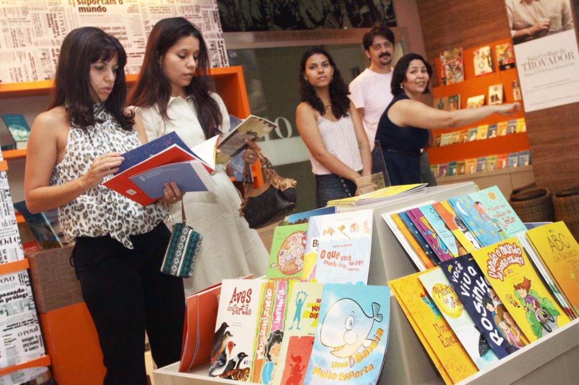 Leitores conferem obras na livraria Dummar