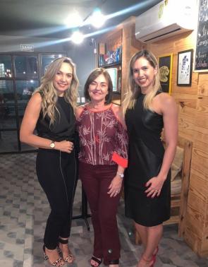 Adriana Athayde e Nayana Montenegro emoldurando Ana Studart