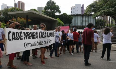 Comunidades do Trilho organizaram protesto por moradia digna na manhã desta quarta-feira, 8. Manifestantes se concentram em frente ao Palácio da Abolição.
