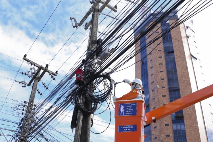 Fios irregulares em postes da avenida Barão de Studart. Operação Fiscalização de fios irregulares da Enel Distribuição Ceará. (Foto: Mariana Parente/Especial para O POVO)