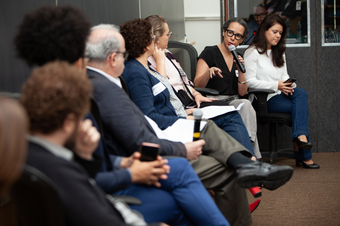 Ana Naddaf, diretora-executiva da Diretoria Geral de Jornalismo do Grupo de Comunicação O POVO, em debate com representantes dos demais veículos certificados.