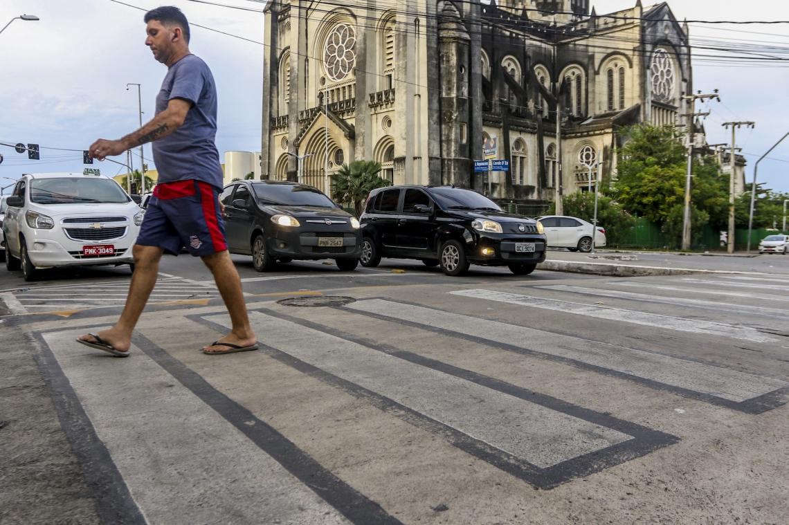 Faixa elevada para travessia de pedestres na avenida Alberto Nepomuceno está entre as medidas adotadas para segurança viária