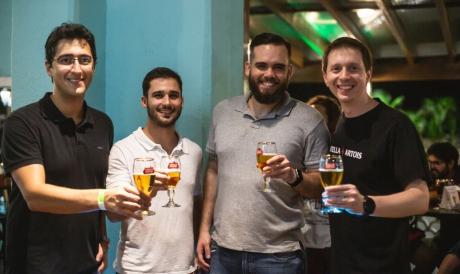 Bruno Safadi, Henrique Zalli, Fabiano Monteiro (diretor do Boteco Praia e do Tio Armênio) e Roberto Mattos (diretor regional da AmBev).