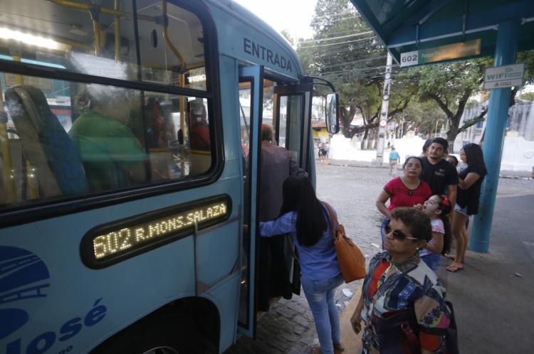 FORTALEZA,CE,BRASIL,10.01.2017: Movimentação de ônibus e passageiros no terminal de Coração de Jesus, Centro. Passagem de ônibus em Fortaleza sobe 45 centavos e custará R$ 3,20.