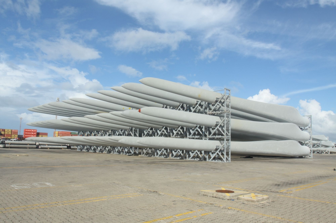 PECÉM, CE, BRASIL, 25-04-2013: Pás eólicas (hélices) de captação de energia eólica, no Porto do Pecém. Hélices e turbinas para montagem de Parques Eólicos estão sendo produzidos no Ceará. (Foto: André Salgado/O POVO) *** Local Caption *** Publicada em 27/04/2013 - EC 27