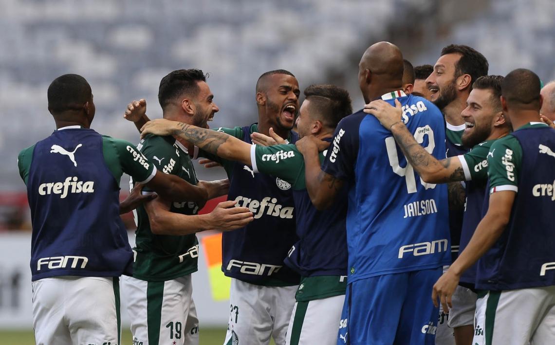 Bruno Henrique celebra com os companheiros a vitória em BH