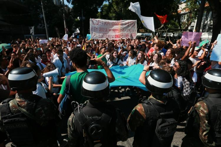 Estudantes do Rio de Janeiro protestaram contra os cortes de verbas das instituições federais na segunda-feira, 6. Nesta quarta-feira, as manifestações devem ocorrer em todo o Brasil