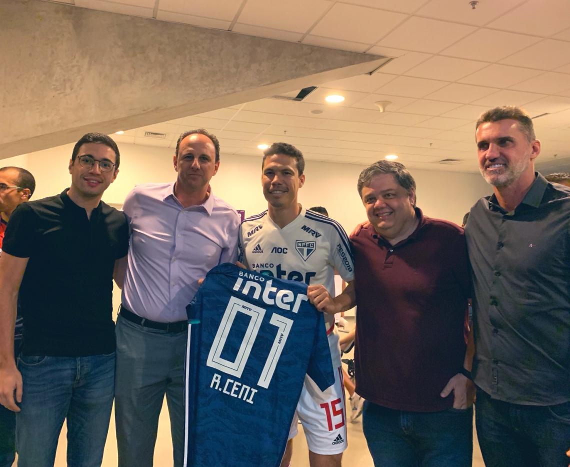 Ceni recebeu a homenagem do São Paulo das mãos de Hernanes, com quem jogou no time paulista.
