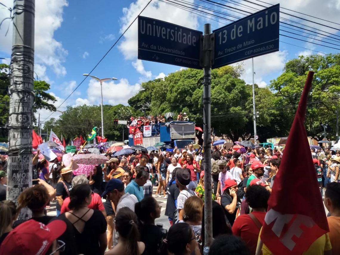 Manifestantes protestam no cruzamento das avenidas da Universidade e 13 de maio