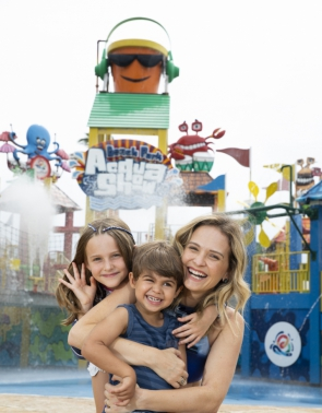 Fernanda Rodrigues com os filhos Luísa e Bento no Beach Park