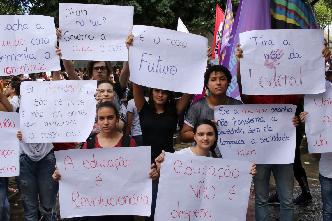 FORTALEZA, CE, BRASIL, 15.05.2019: Protesto de estudantes contra o corte de verbas para educaçao. (Fotos: Fabio Lima/O POVO)