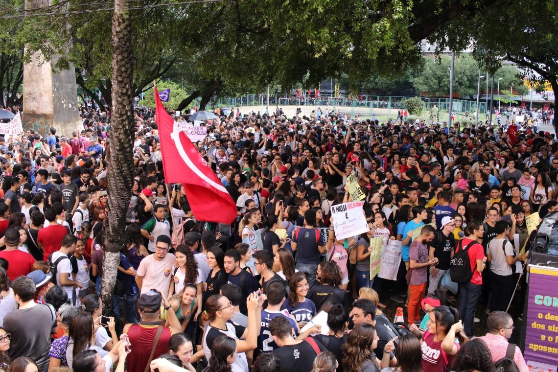 Uma multidão participou do protesto