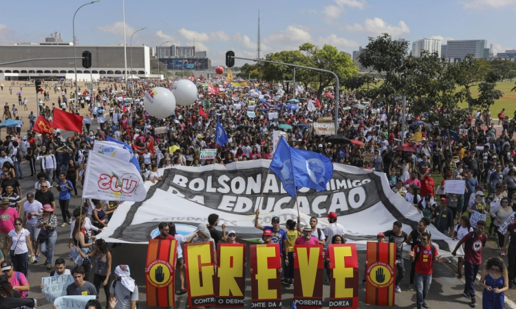 People demonstrate during a strike organized by National Students Union (UNE) in Brasilia, on May 15, 2019. - Students and teachers from hundreds of universities and colleges across Brazil began a nationwide demonstration on Wednesday in 'defense of education' following a raft of budget cuts announced by President Jair Bolsonaro's government. (Photo by Sergio LIMA / AFP)       Caption