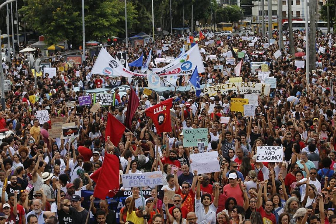 Manifestantes se reúnem em Salvador para protesto contra cortes na educação