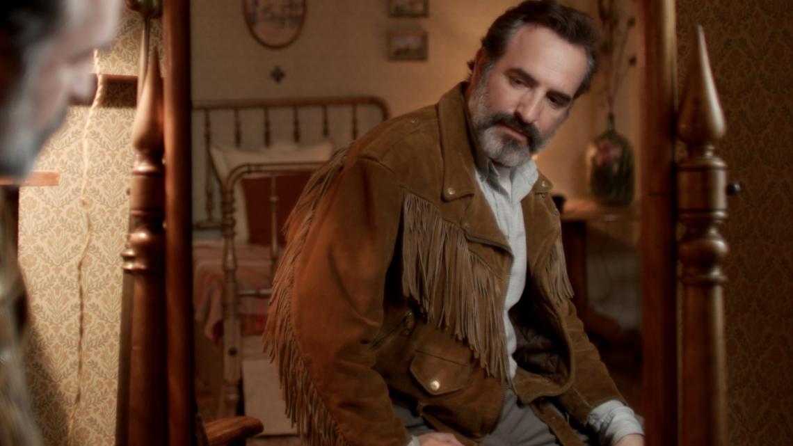 EM LE DAIM, o personaghem de Dujardin muda de personalidade a partir de uma jaqueta de camurça com franjas