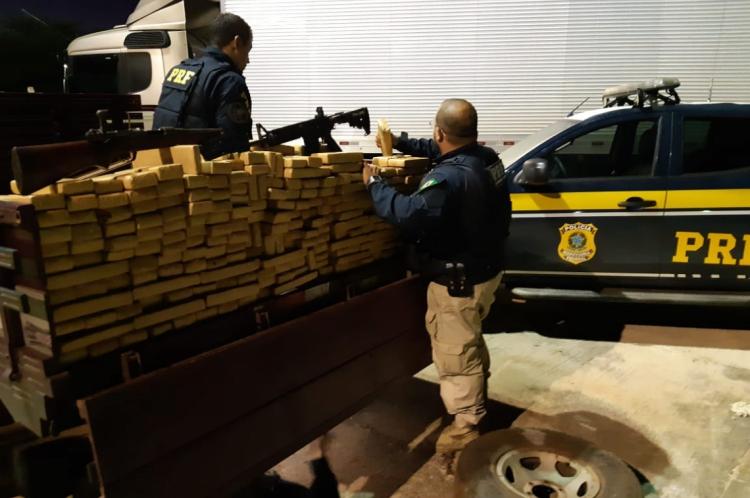 Agentes da PRF após apreender 200 kg de maconha, fuzis e munição de grosso calibre no km 547, da BR-116, no município de Penaforte, em quatro de maio deste ano