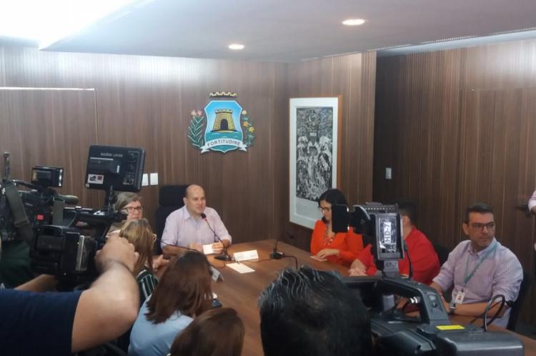 Prefeito Roberto Cláudio apresenta os dados para a imprensa nesta quinta-feira, 16